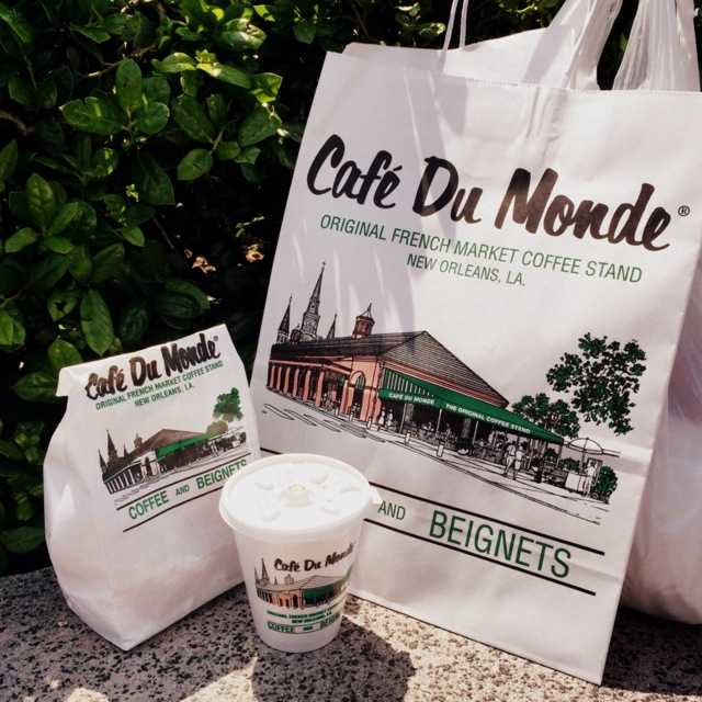 Cafe Du Monde Beignets and Coffee - French Quarter - New Orleans - northstory.ca