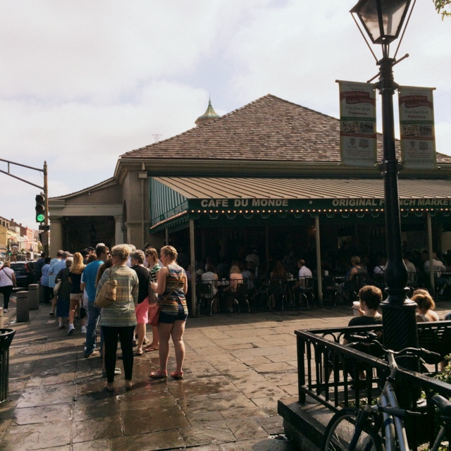 Line up for Cafe Du Monde French Quarter New Orleans - northstory.ca